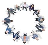 Бизнесмены держа руки смотря вверх Стоковое Фото