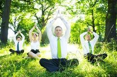 Бизнесмены делая йогу Outdoors стоковая фотография