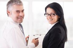 Бизнесмены делая обработку документов. Стоковое Фото