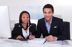 2 бизнесмены делая работу финансов Стоковые Изображения RF