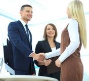 2 бизнесмены делая согласование, их женское sta коллеги Стоковое Изображение RF
