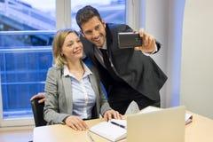 2 бизнесмены делая Selfie в офисе Стоковые Фото