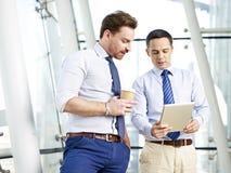 Бизнесмены деля информацию Стоковые Изображения