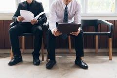 Бизнесмены ждать быть вызванным в интервью Стоковая Фотография