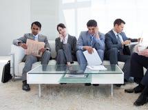 бизнесмены ждать комнаты сидя Стоковая Фотография