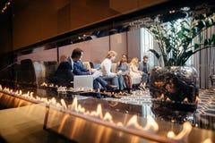 Бизнесмены ждать собеседование для приема на работу, говоря Стоковое Фото