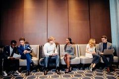 Бизнесмены ждать собеседование для приема на работу, говоря Стоковое Изображение