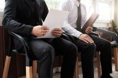Бизнесмены ждать собеседование для приема на работу Стоковые Фотографии RF