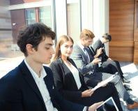 Бизнесмены ждать собеседование для приема на работу Стоковая Фотография