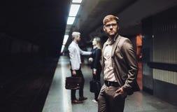 Бизнесмены ждать транспорт метро Стоковые Фотографии RF