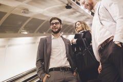 Бизнесмены ждать транспорт метро Стоковые Изображения RF