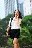 Бизнесмены - женщина на умном телефоне, Гонконге Стоковые Изображения