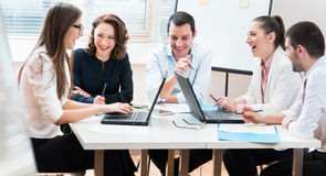 Бизнесмены, женщины и люди, обсуждая согласование Стоковое Фото