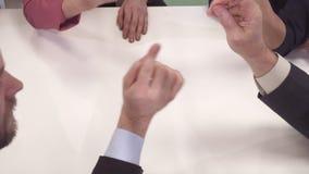 Бизнесмены жеста на таблице стоковое фото