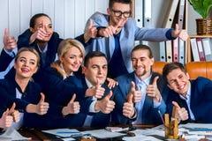 Бизнесмены жизни офиса людей команды счастливы с большим пальцем руки вверх Стоковое Изображение