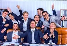 Бизнесмены жизни офиса людей команды счастливы с большим пальцем руки вверх Стоковая Фотография