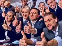 Бизнесмены жизни офиса людей команды счастливы с большим пальцем руки вверх Стоковое фото RF