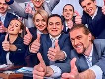 Бизнесмены жизни офиса людей команды счастливы с большим пальцем руки вверх Стоковые Изображения