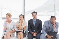 Бизнесмены ждать собеседование для приема на работу в офисе Стоковые Изображения