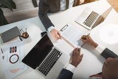 Бизнесмены заключают договор в офисе стоковое изображение rf