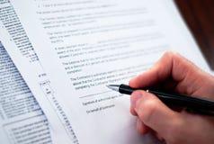 бизнесмены заключают контракт подписание стоковые фото