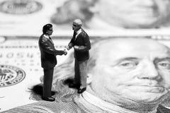 бизнесмены закрывают обсуждать миниатюру 2 figurines вверх по взгляду Стоковые Изображения