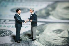 бизнесмены закрывают обсуждать миниатюру 2 figurines вверх по взгляду Стоковое фото RF