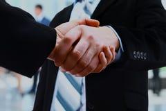 бизнесмены закрывают руки трястия вверх Стоковая Фотография