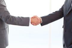 бизнесмены закрывают руки трястия их поднимающее вверх Стоковое Фото