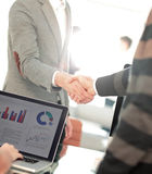 Бизнесмены закрывая дело и handshaking на офисе Стоковая Фотография