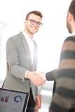 Бизнесмены закрывая дело и handshaking на офисе Стоковые Изображения RF