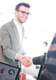 Бизнесмены закрывая дело и handshaking на офисе Стоковая Фотография RF