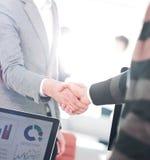 Бизнесмены закрывая дело и handshaking на офисе Стоковое Изображение RF