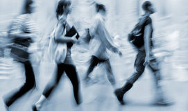 Бизнесмены запачканные движением идя на улицу стоковая фотография rf