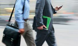 Бизнесмены запачканные движением идя на улицу стоковое изображение rf