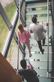 Бизнесмены идут работать Бизнесмены идя на лестницу Стоковые Изображения