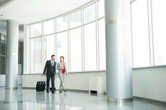 2 бизнесмены идя для того чтобы отстробировать в авиапорте Стоковые Изображения
