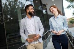 Бизнесмены идя и говоря внешние Стоковое фото RF