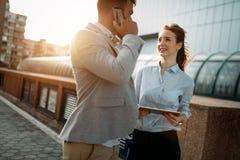Бизнесмены идя и говоря внешние Стоковое Изображение