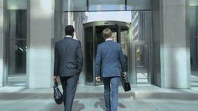Бизнесмены идя к центру офиса, связывающ, начинать дня работы акции видеоматериалы