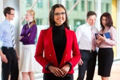 Бизнесмены или команда в офисе Стоковое Изображение