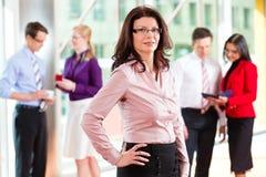 Бизнесмены или команда в офисе Стоковые Фото