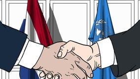 Бизнесмены или политики трясут руки против флагов Нидерландов и Организации Объединенных Наций Официальное заседание или сотрудни иллюстрация вектора