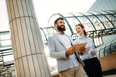 Бизнесмены или работа бизнесмена и коммерсантки внешняя стоковая фотография rf