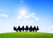 Бизнесмены имея внешнюю встречу Стоковое Изображение