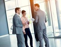Бизнесмены имея вскользь встречу Стоковое Изображение RF