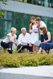 Бизнесмены имея встречать outdoors Стоковые Изображения