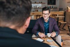 Бизнесмены имея встречу в кафе Стоковая Фотография