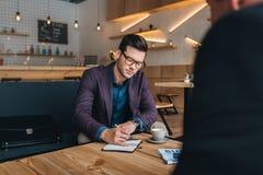 Бизнесмены имея встречу в кафе Стоковое Фото