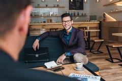Бизнесмены имея встречу в кафе Стоковое Изображение RF